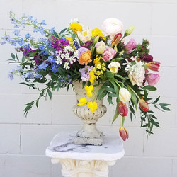 This spring arrangment is to die for! 😍