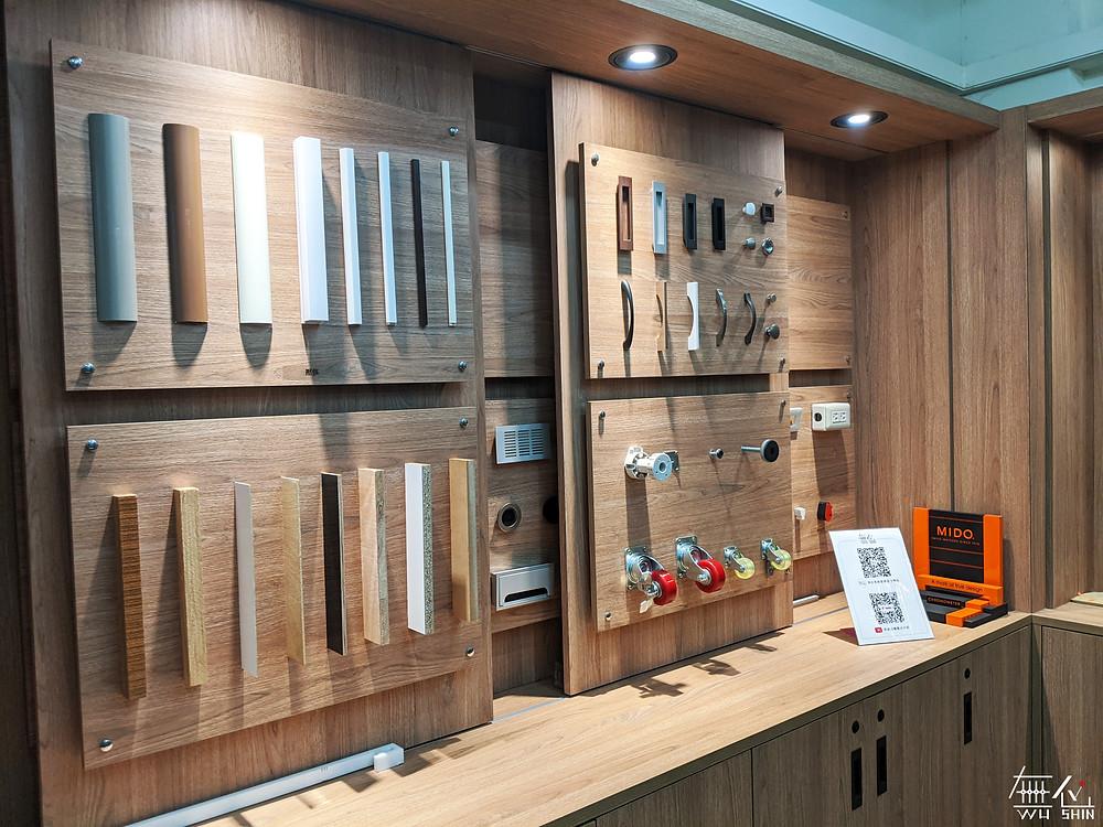 客製化五金系統櫃,提供設計師簡單明瞭的五金陳列,利用系統板材與燈光營造暖色系空間