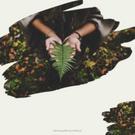 Na zdjęciu w ramce o kształcie maźnięcia pędzlem zdjęcie przedstawiające ręce osoby trzymającej w dłoniach liść paproci. Tekst: Jesienne inspiracje. Na grafice utrzymanej w beżowych, jasnych, neutralnych kolorach, znajduje się wycięte zdjęcie przedstawiające rudowłosą kobietę w kurtce i szaliku , stojącą na tle łąki podczas jesieni. Tekst na grafice: Darmowe grafiki na www.migato.pl