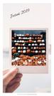 Na grafice ręka trzymająca zdjęcie z polaroida. Tekst: Jesień 2019. Darmowe grafiki na www.migato.pl