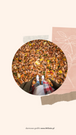 Grafika będąca planszą do relacji Insta Story na Instagramie. W ramce w kształcie koła widać nogi osoby w płaszczu i w szaliku, która stoi na ziemi, na której leżą suche jesienne liście. Tekst: Na grafice utrzymanej w beżowych, jasnych, neutralnych kolorach, znajduje się wycięte zdjęcie przedstawiające rudowłosą kobietę w kurtce i szaliku , stojącą na tle łąki podczas jesieni. Tekst na grafice: Najlepsze Jesienne destynacje. Planujesz jesienny wyjazd? Przeczytaj koniecznie. Darmowe grafiki na www.migato.pl