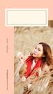 Na grafice napis: Jesień | 2019. Darmowe grafiki na www.migato.pl. Po prawej stronie kobieta, Azjatka, siedząca na polu wśród zboża, trzymająca w ręku kwiat lub białą chusteczkę.  Nad zdjęciem ramka w kolorze jasnym, kremowym.