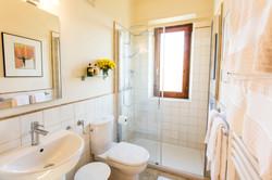 Nyrenoverat och ljust badrum