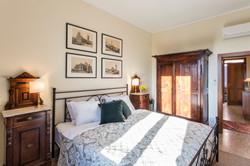 Dubbelsovrummet med antika möbler