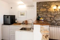 Vardagsrummets barkök med vinkyl