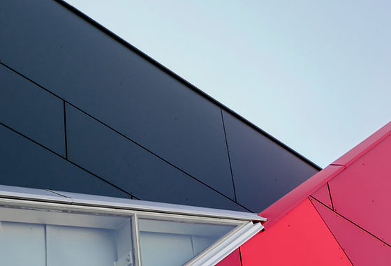 Noir et bâtiment rouge