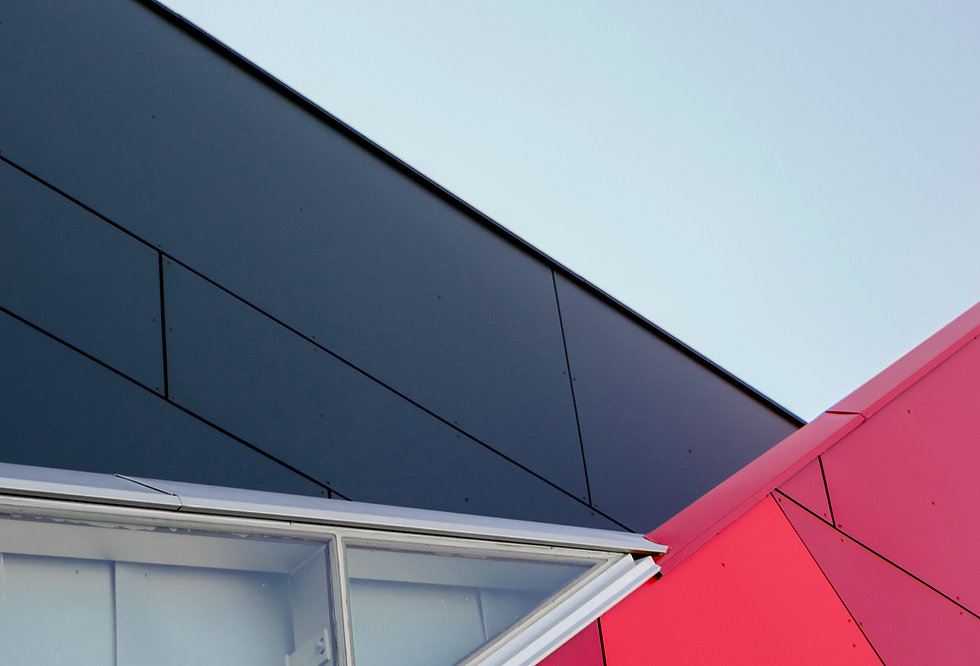 Czarny i czerwony budynek