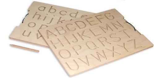 Ξύλινη πινακίδα προγραφής δύο όψεων με κεφαλαία και πεζά λατινικά γράμματα