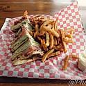 Club sandwich avec frites