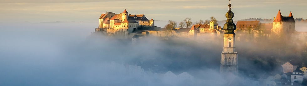 Kirchturm & Burg in Wolken.png