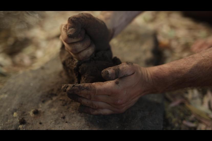 דפיקת האדמה לכדי קבלת חומר אחיד (צילם: יוסי מויאל)