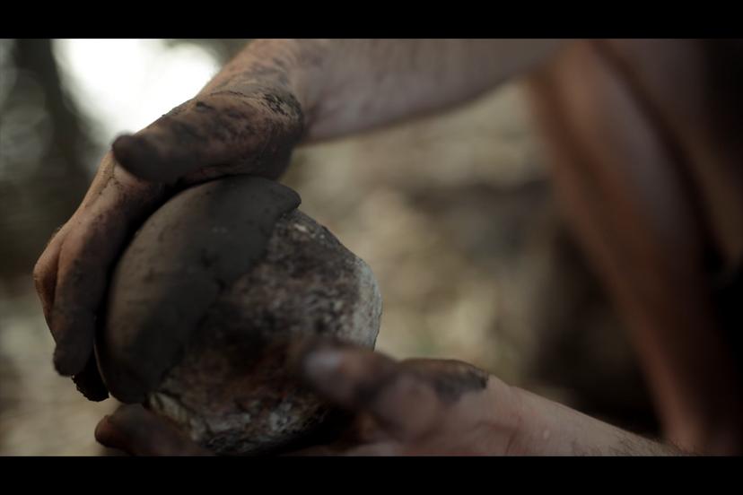 חליצת הכלי מהאבן (צילם: יוסי מויאל)