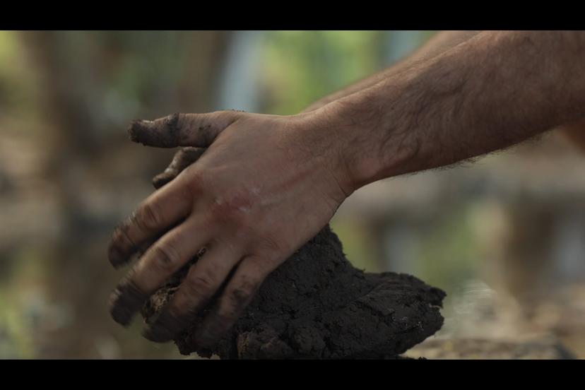 לישת האדמה לחומר אחיד ואלסטי (צילם: יוסי מויאל)