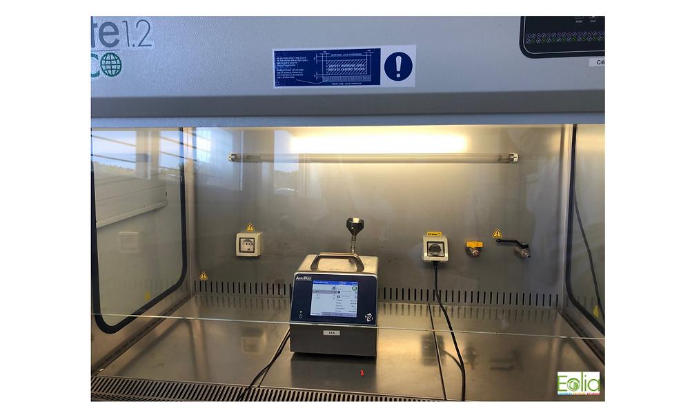 Les techniciens d'EOLIA effectuent le contrôle aéraulique au sein du poste de sécurité microbiologique