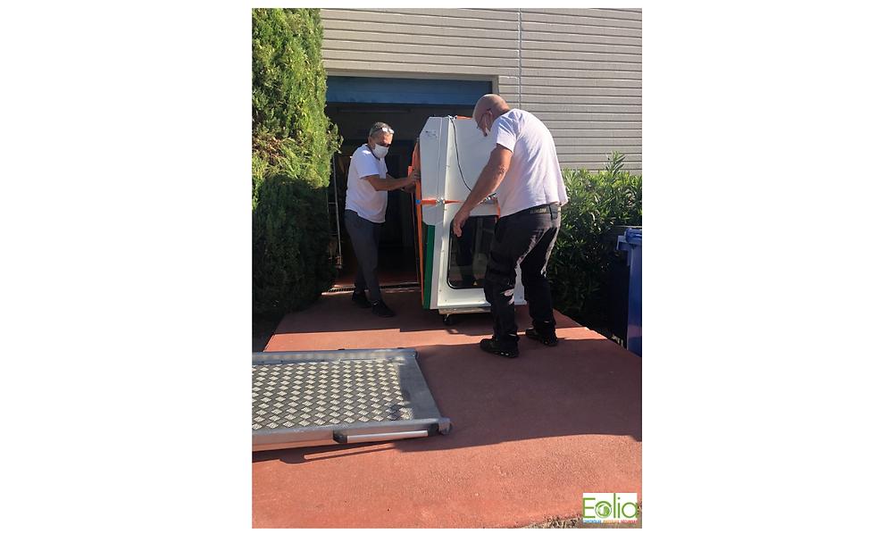 Les techniciens d'EOLIA transportent le poste de sécurité microbiologique