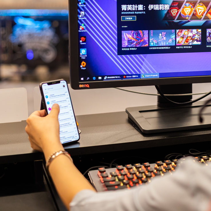 ICUERO Wallet Stand duing gaming