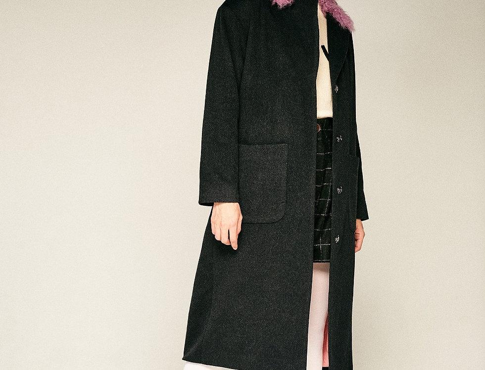 Серое пальто с сиреневым воротником из калгана