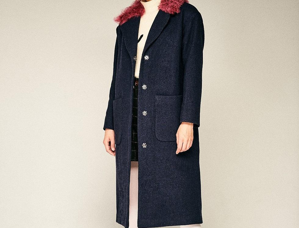 Синее пальто с воротником из калгана