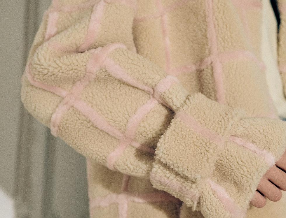 Шуба в клетку из белой и розовой овчины