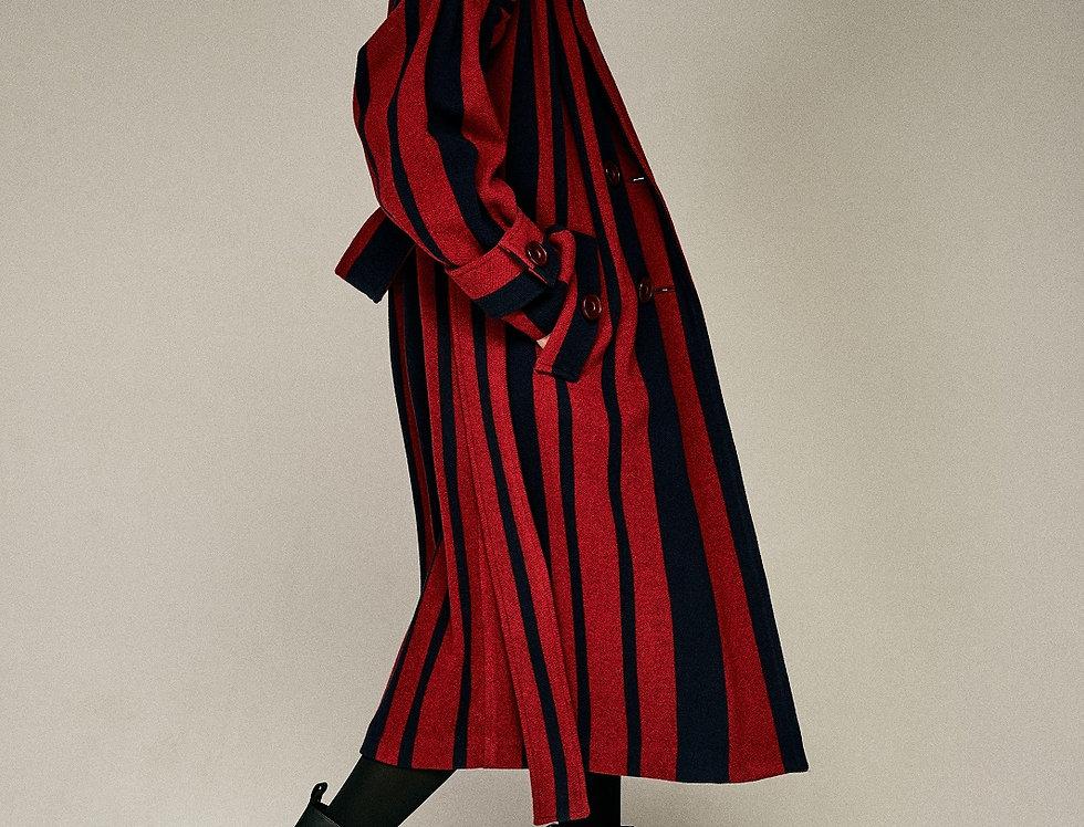 Пальто в красную полоску