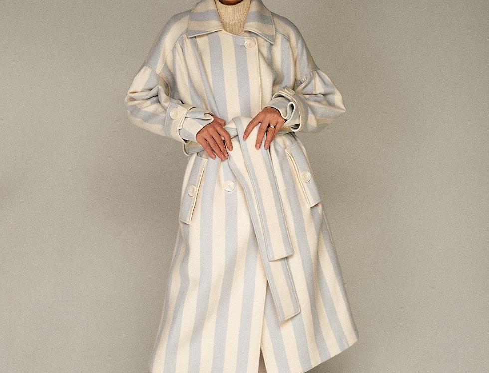 Бело-голубое пальто