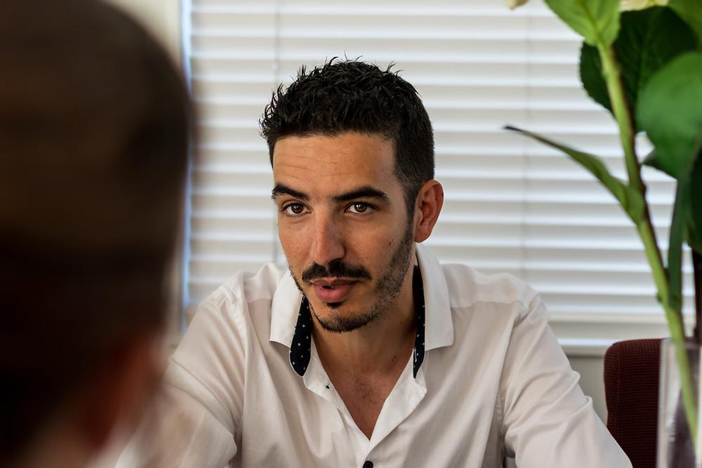 Sofian Bennouri coaching a client