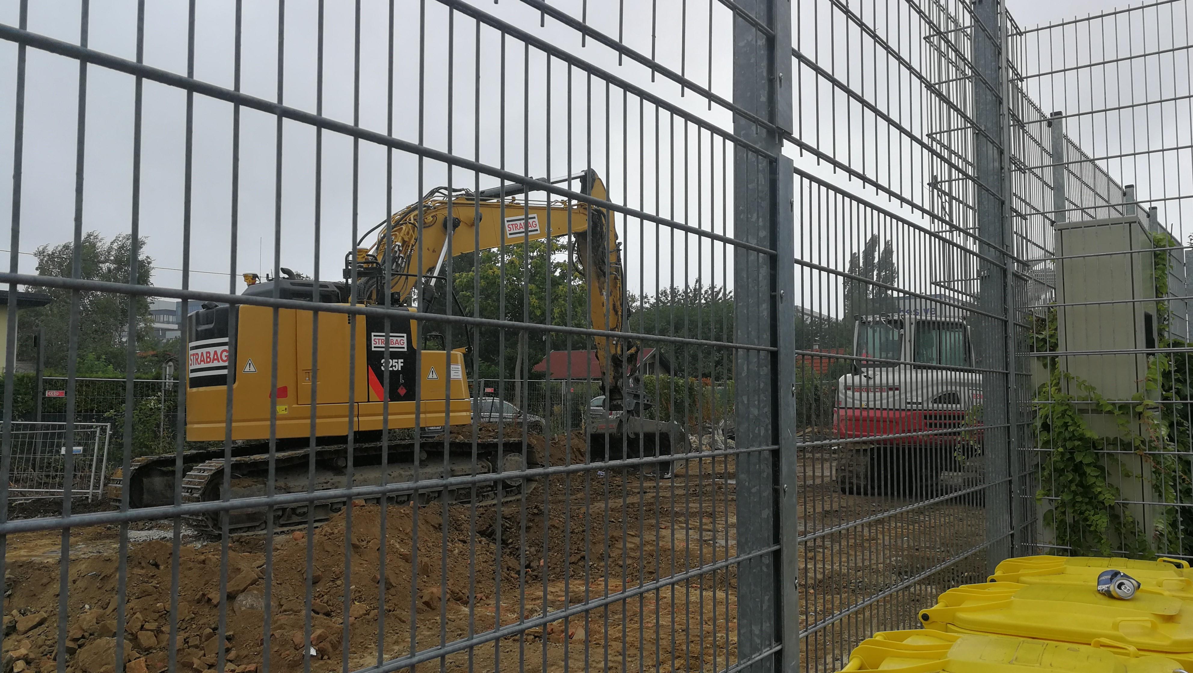 Bagger hinter Gittern, Baubeginn der Straßenerweiterung im August 2020