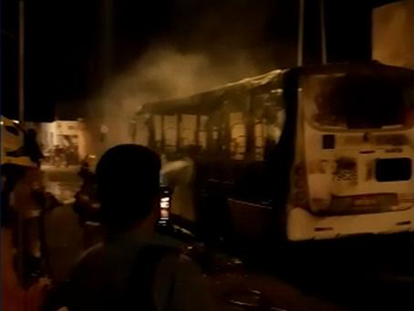 Vandalismo no sol nascente: Homens encapuzados atearam fogo em um ônibus