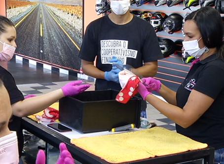 Voluntários fabricam máscaras para profissionais de saúde