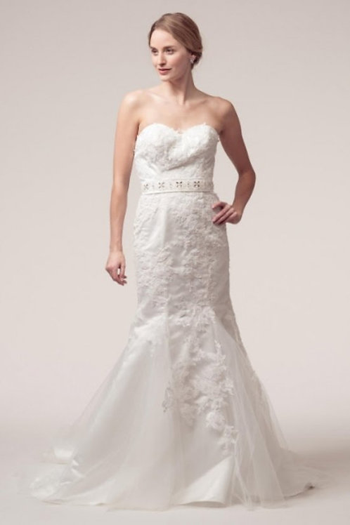 Sweetheart Accented Lace Mermaid Fitted Wedding Gown
