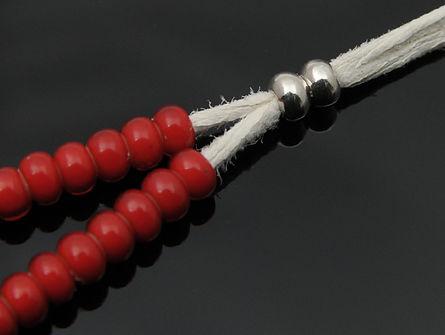ネックレスはシルバービーズでサイズを調整可能です