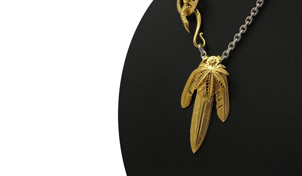 ゴールドの輝きが美しいシルバーネックレスです