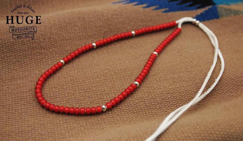 HUGEホワイトハーツ赤ビーズネックレス