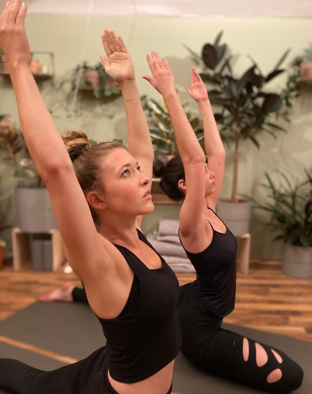 Yoga machen im Dschungel – Sarina und Michelle üben die Taube