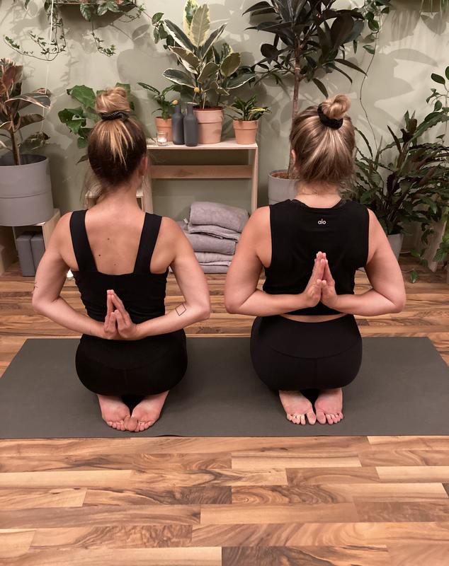 Yogapraxis im Dschungel Sarina und Julia