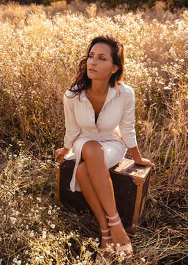 Sylvie-Rouvière-champ-assise-sur-la-vali