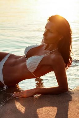 Sylvie-couché-de-soleil-plage-close-up (
