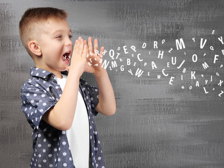 Je slabši sluh lahko razlog za težave v govoru?
