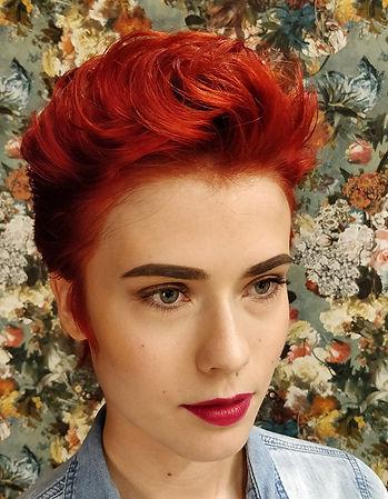 La Boutiq punaiseksi värjätyt hiukset