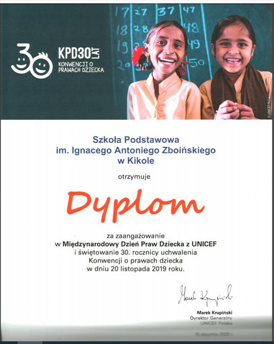 Zdjęcie dyplomu dla Szkoły Podstawowej w Kikole za zaangażowanie w Międzynarodowy Dzień Praw Dziecka z UNICEF