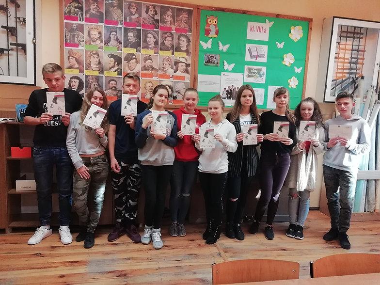 Zdjęcie uczniów Szkoły Podstawowej w Kikole z kartkami i życzeniami dla Janusza Orszta
