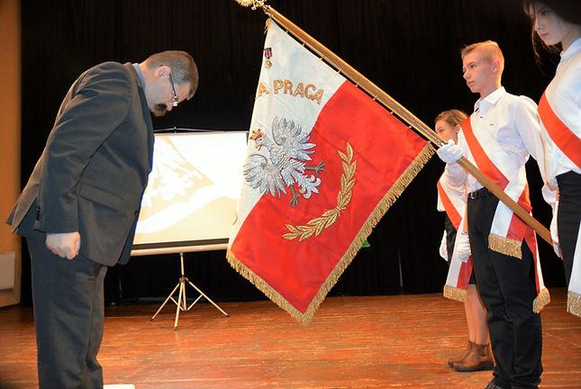 Zdjęcie sztandaru oznaczonego medalem Pro Patria w dwudziestą rocznicę nadania imienia i sztandaru szkole.