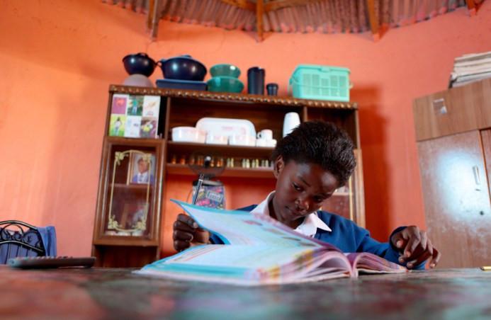 Η 10χρονη Yibanathi Matikinca κάνει την εργασία της στις 14 Ιουνίου στο σπίτι της στο Qunu, ένα χωριό έξω από την πόλη της Mthatha, στο Ανατολικό Ακρωτήριο, Νότια Αφρική