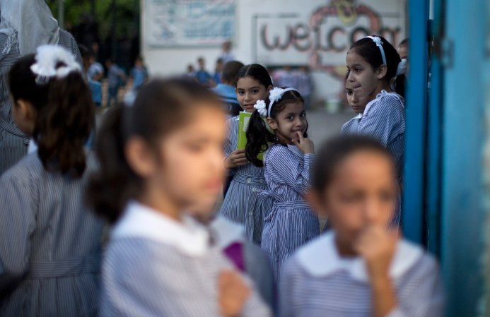 Παιδιά της Παλαιστίνης σχολείο στέκονται στην αυλή του σχολείου τους την πρώτη ημέρα του νέου σχολικού έτους στην πόλη της Γάζας, στις 25 Αυγούστου