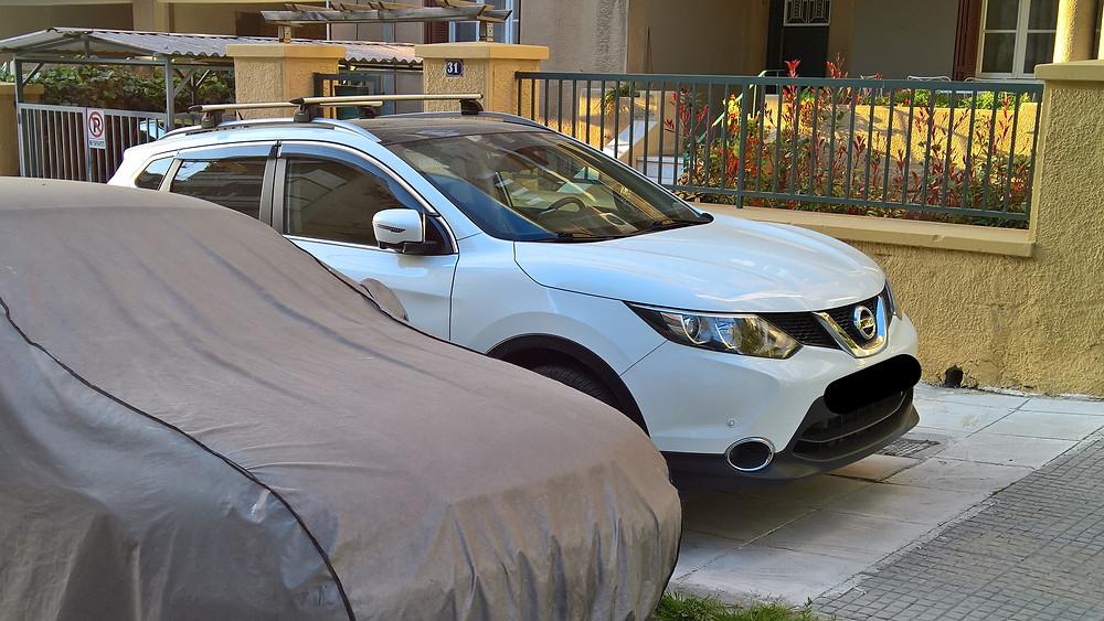 Παρκαρισμένα αυτοκίνητα στα πεζοδρόμια
