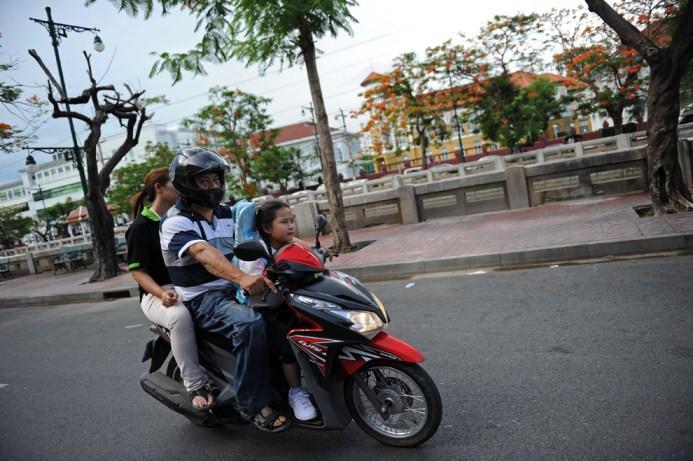 Η 7χρονη Thai Chamaya Pamutito γυρνά από το σχολείο μαζί με τον πατέρα και τη μητέρα της στην Μπανγκόκ στις 6 Ιουνίου
