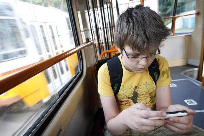 Ο Ούγγρος Csongor μαθητής χρησιμοποιεί το τραμ για να πάει στο σχολείο στη Βουδαπέστη στις 15 Ιουνίου