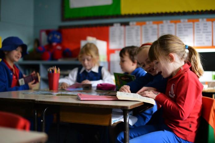 Ο 6χρονος Frances McMillan μελετά με τους συμμαθητές του στο σχολείο στο προάστιο Coogee του Σίδνεϊ στις 17 Ιουνίου