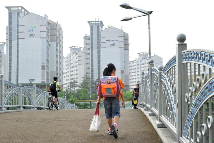 Η 9χρονη Νοτιοκορεάτισσα μαθήτρια Lim Jee-Woo πηγαίνει στο σχολείο Goyang, βόρεια της Σεούλ στις 14 Ιουνίου