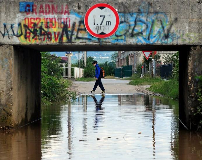Ένα αγόρι της Βοσνίας, ο Aldemar Alikavazovic, 12 ετών, περπατά στη γειτονιά του, σε ένα δυτικό προάστιο του Σεράγεβο στο δρόμο για το σχολείο στις 27 Ιουνίου